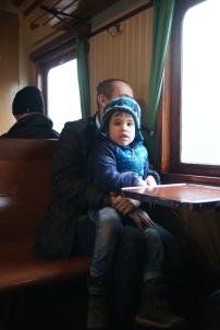 En yngre resenär med pappa