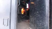 Eldaren skyfflar på i loket